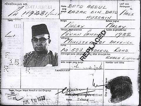 Ciri-ciri kad ni ialah tak bersalut,gambar hitam putih, cap ibu jari kanan je, maklumat asal penduduk dan takde taraf kewarganegaraan.