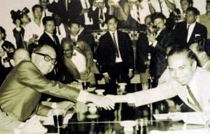 Tun Razak dan Adam Malik bersalaman ketika di Bangkok 1966. Imej dari BH Online