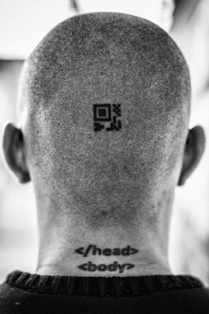 Punyalah geek Andrés ni sampai dia buat tatu QR code dan kod HTML kat kepala.