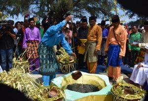 Ritual Mandi Safar kat Riau, Indonesia. Mandi Safar dah lama diisytihar haram kat Malaysia sejak 1963. Imej dari goriau