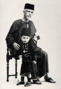 Syed Sheikh al-Hadi dan cucu beliau, Syed Muhammad Alwi al-Hadi. Imej dari mimbarkata.