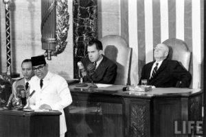 Presiden Soekarno ketika berucap di PBB. Imej dari Pena Soekarno.