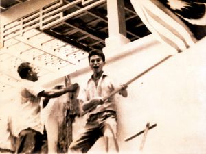 Samy Vellu (sekarang bekas Presiden MIC) dan Khalid Yunus (wartawan Utusan) naikkan bendera Malaysia di kedutaan Indonesia. Imej dari Utusan Malaysia