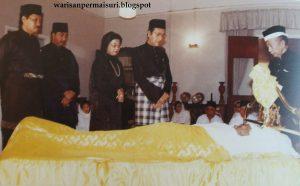 Dr Mahathir menziarahi jenazah Tunku Abdul Rahman. Imej dari warisanpermaisuri.blogspot