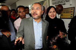 Khir Toyo dan isteri di Mahkamah Tinggi Shah Alam. Imej dari The Sun Daily.