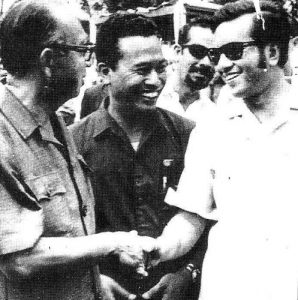 Pertemuan pertama Dr Mahathir dengan Tun Razak selepas beliau dipecat dari UMNO di Morib pada 1971. Imej dari tv14.