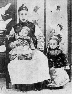 Pu Yi bersama ayah (Putera Zaifeng) dan adiknya (Pu Jie). Imej dari Wikipedia.