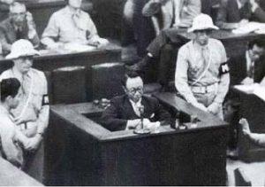 Pu Yi bagi keterangan di Tribunal Jenayah Perang Antarabangsa di Tokyo . Imej dari beingbutmen.com