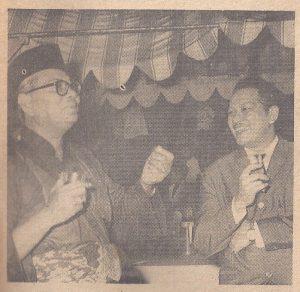 Tunku Abdul Rahman dan P Ramlee sedang berbual di kediaman Perdana Menteri. Imej dari zamkata.