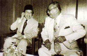Dr Mahathir dan Tunku Abdul Rahman di bangunan parlimen pada 1982. Imej dari A Doctor in the House: The Memoir of Tun Dr Mahathir Mohamad.
