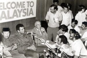 Dato' Harun dan Muhammad Ali ketika di Malaysia. Imej dari mStar.