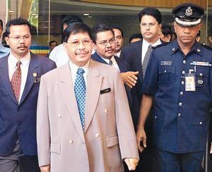 Kasitah dibawa keluar oleh Badan Pencegah Rasuah (sekarang SPRM) untuk pergi ke mahkamah. Imej dari Utusan Malaysia.
