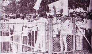 """Tunjuk perasaan anti-Tunku oleh pelajar Maktab MARA dengan sepanduk """"Abdul Rahman Nyanyuk-Gila Kuasa"""". Imej dari 13 Mei Sebelum dan Selepas."""