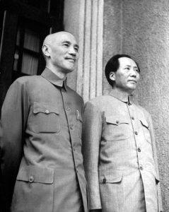 Dari kiri: Chiang Kai Shek dan Mao Zedong sebelum perang saudara. Imej dari nybooks.com