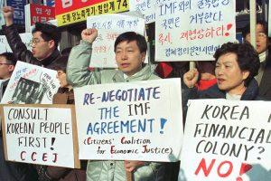 Demonstrasi di Korea, masa krisis kewangan. Imej dari The Wall Street Journal.