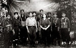 Rashid Maidin dengan kader-kader Kompeni Ke-23 Rejimen Ke-10. Imej dari Kini dan Silam.