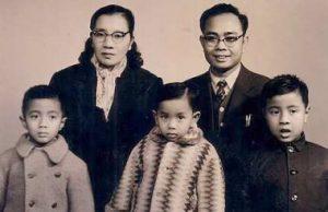 Shamsiah dan keluarga pada 1964. Imej dari Wikipedia.