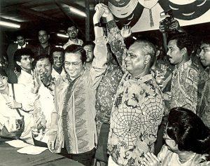 Dr Mahathir dan Tun Ghafar Baba raikan kemenangan. Imej dari Utusan Malaysia.