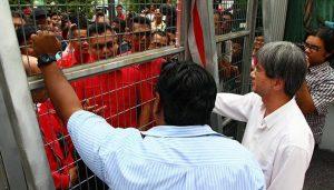 Jamal Yunos dan penyokong datang ke pejabat Malaysiakini, untuk bantah tindakan Malaysiakini terima dana dari OSF. Imej dari Free Malaysia Today.