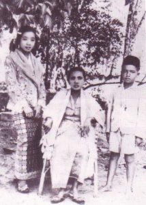 Shamsiah masa berusia 13 tahun, dengan ibu dan adiknya. Imej dari