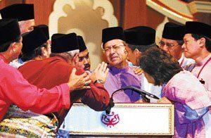 Dr Mahathir ketika mengumumkan peletakan jawatannya. Imej dari Utusan Malaysia.